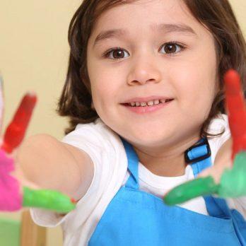 Κινδυνεύουν τα παιδιά από τα μικρόβια; Πρέπει να απολυμαίνουμε τα πάντα; cover image