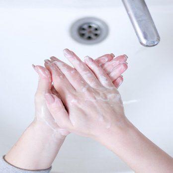 Πώς να περιποιηθείτε τα χέρια σας για την δερματίτιδα από το πλύσιμο και τα γάντια cover image
