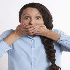 Κακοσμία του στόματος. Σε τι οφείλεται και πώς μπορεί να απαλλαγείτε; cover image