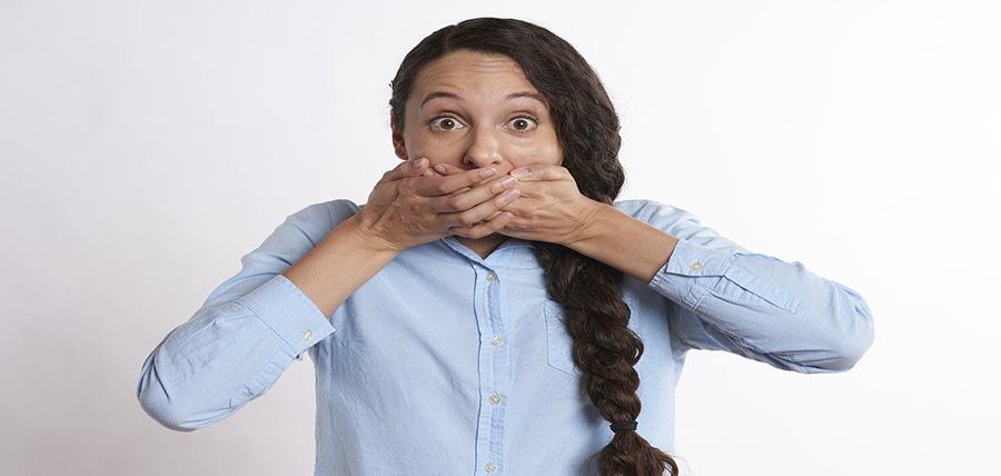 Κακοσμία του στόματος. Σε τι οφείλεται και πώς μπορεί να απαλλαγείτε; article cover image