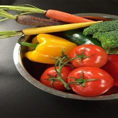 Πλένουμε φρούτα και λαχανικά με νερό, ξίδι και λεμόνι αλλά ποτέ με σαπούνι cover image