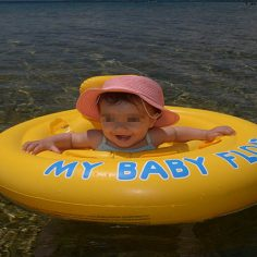 Από ποια ηλικία μπορούμε να βάζουμε αντηλιακό στα μωρά; cover image