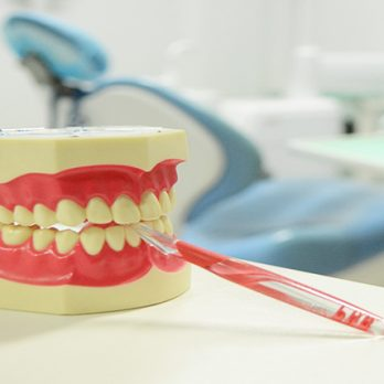Πώς και πότε οι ρίζες των δοντιών προσβάλλονται από τερηδόνα; cover image