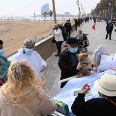 Βαρκελώνη: Οι ασθενείς με κορονοϊό πάνε βόλτα στη……θάλασσα cover image