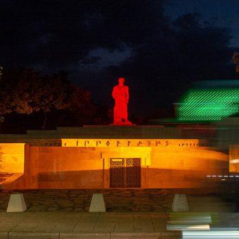Φωτίστηκε κόκκινο το άγαλμα του Ιπποκράτη (φωτογραφίες) cover image