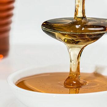 Μέλι: Θερμίδες, ιδιότητες, βιταμίνες και πιθανές παρενέργειες cover image