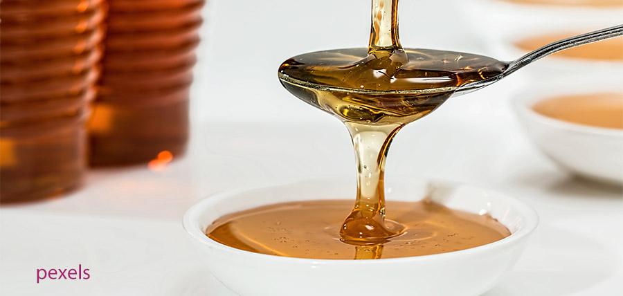 Μέλι: Θερμίδες, ιδιότητες, βιταμίνες και πιθανές παρενέργειες article cover image
